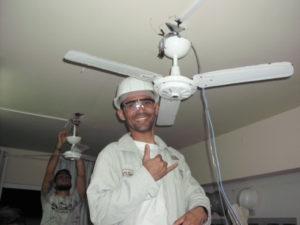 Aluno instalando ventilador de teto